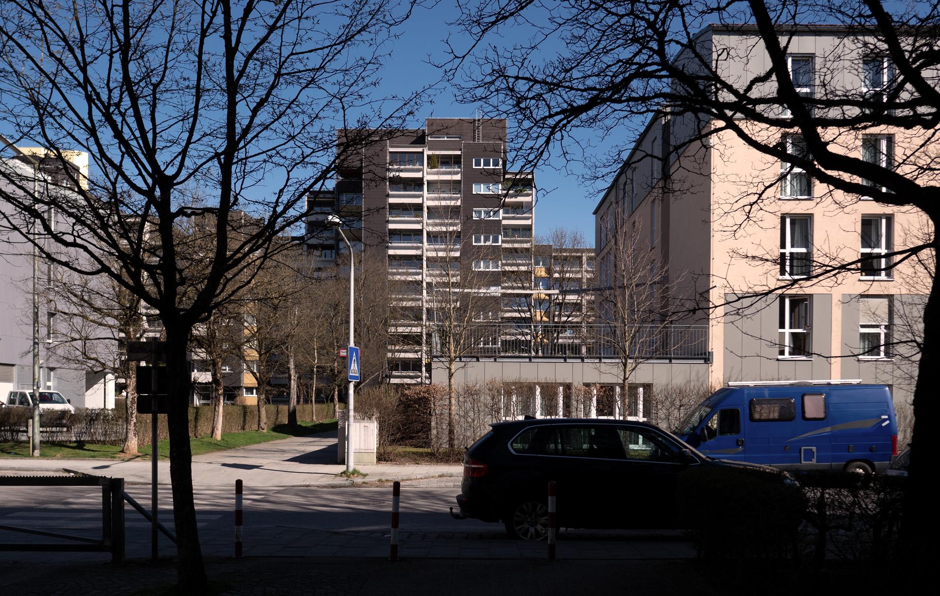 Terrasse des Pflegeheim Phönix in Neuperlach am Karl-Marx-Ring.                                  Vom Haus dahinter hat Irlbeck heimlich einen Patienten fotografiert und lächerlich im Netz vorgeführt.